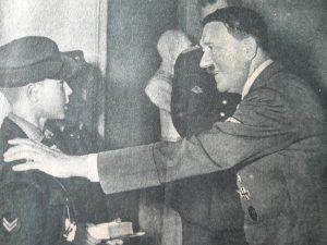 Hitler  visita a sus juventudes